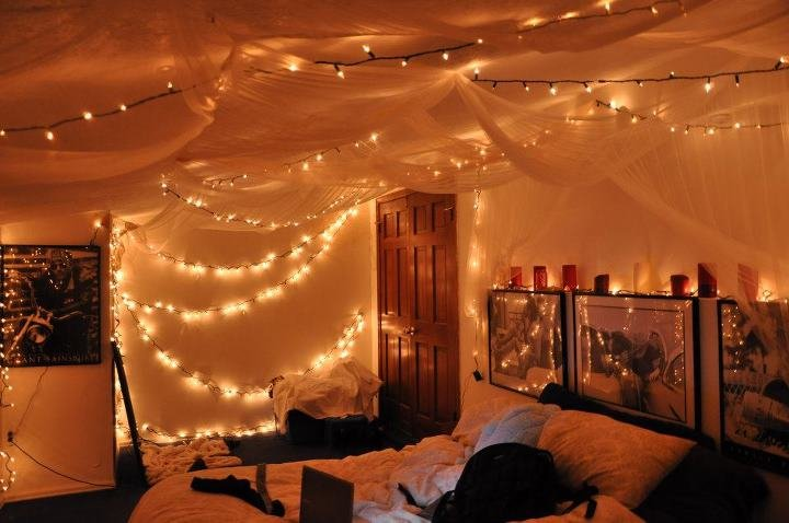 40 pictures that prove fairy lights make the world a for Room decor ideas with fairy lights