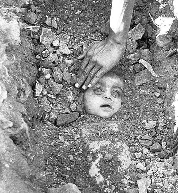 Raghu Rais Haunting Picture Of A Man Burying His Little Child Who Was Lost To The Bhopal Gas Tragedy