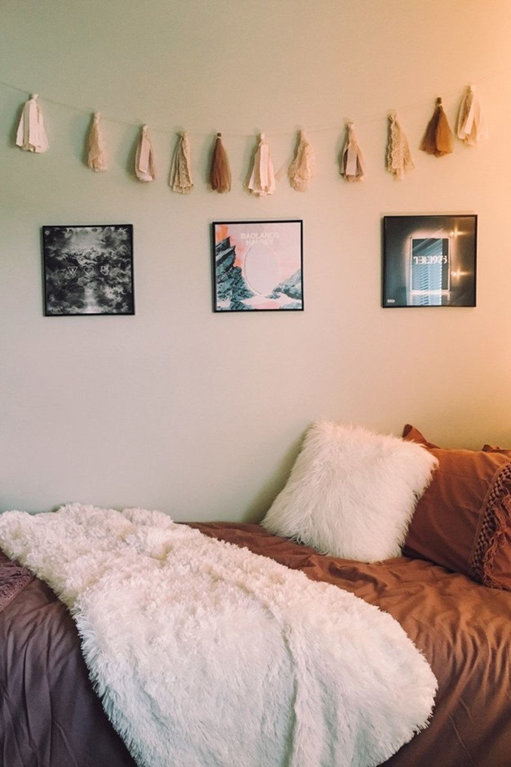 15 Minimalist Room Decor Ideas That'll Motivate You To Revamp Your Room This Weekend