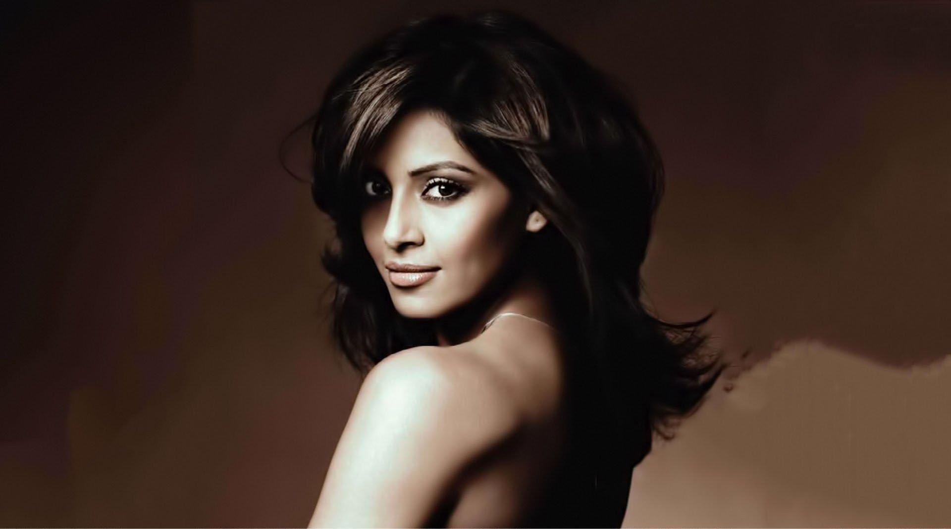 Bipasha Hot Video bold & beautiful, bipasha deserves applause for breaking