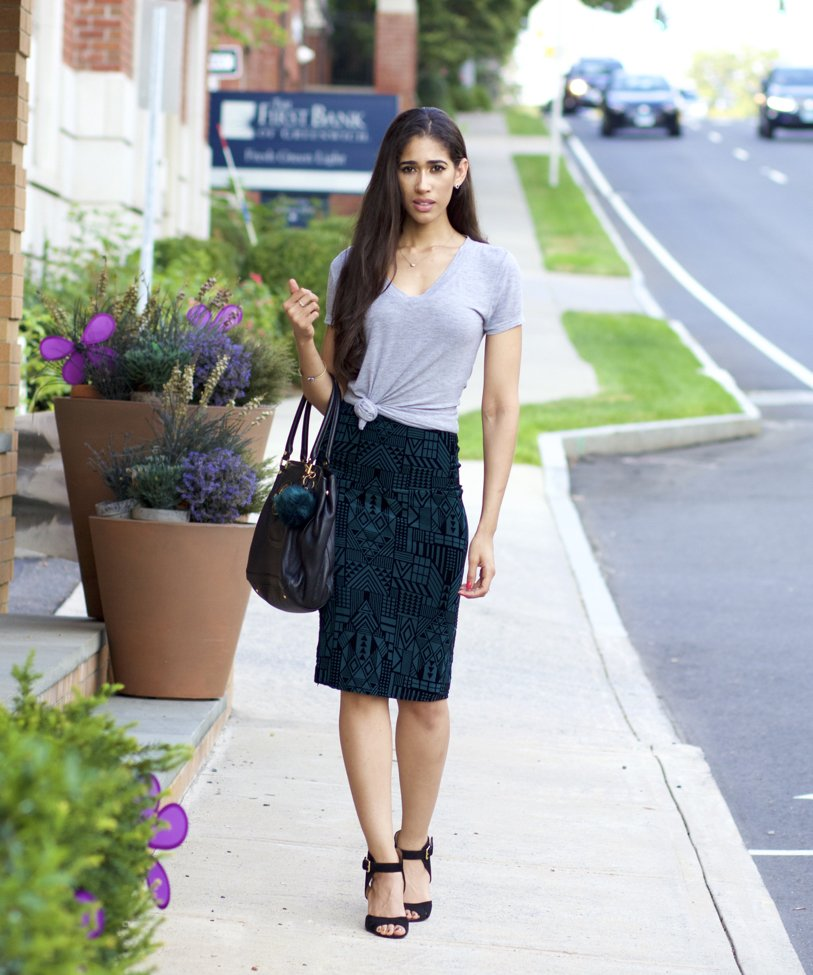 c7009eab0c To look cool and casual, put on a t-shirt with a pencil skirt.