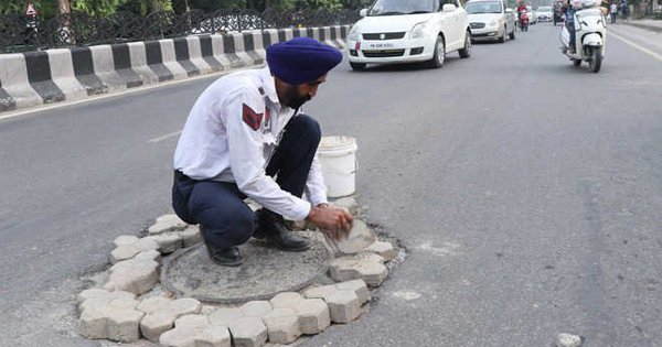 This Bhatinda Traffic Cop Is Filling Up Potholes On Roads Himself To Ensure Commuters' Safety